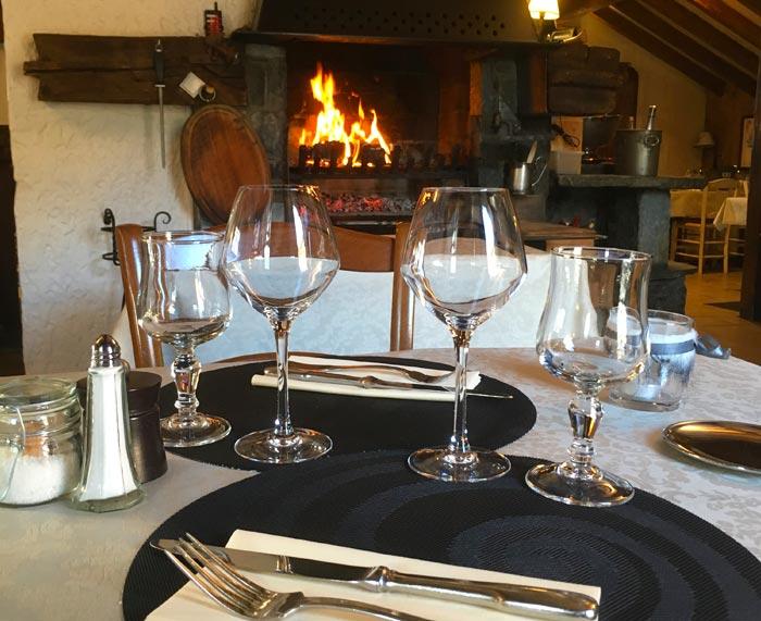 Chez-Kiki-Table-3-cheminee