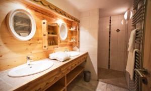 Chalet-Des-neiges-bathroom-4-bedrooms-catered