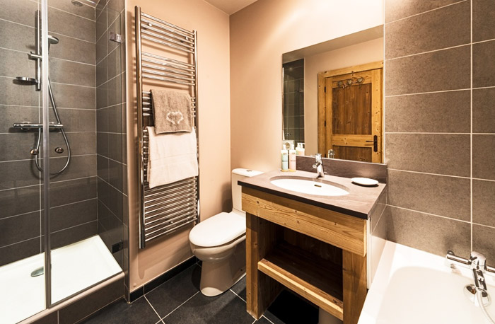 Chalet-Sardonnere-bathroom