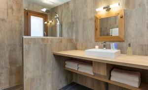 chalet-zebra-bathroom4