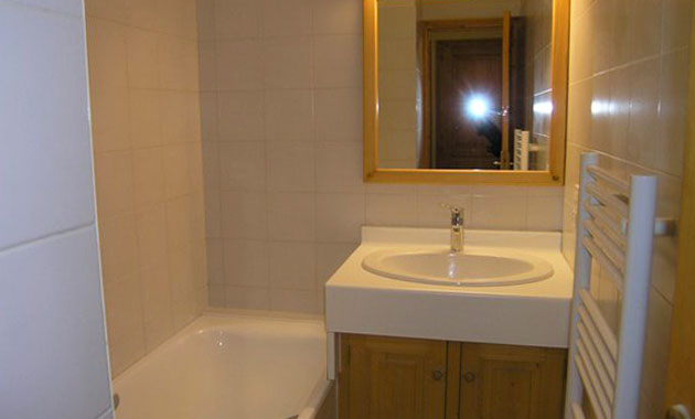 Aubepine-4-bedrooms-bathroom