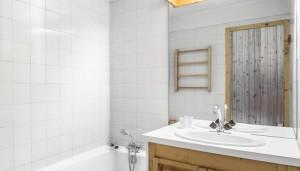 Le-Chalet-bathroom