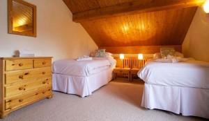 chalet-Veronica-twin-bedroom3